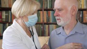 Doutor profissional fêmea no trabalho Médico da mulher que usa o estetoscópio para os pulmões pacientes de escuta do ` s filme