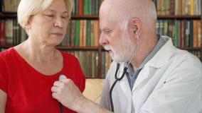 Doutor profissional masculino no trabalho Equipe o médico que usa o estetoscópio para os pulmões pacientes de escuta do ` s vídeos de arquivo
