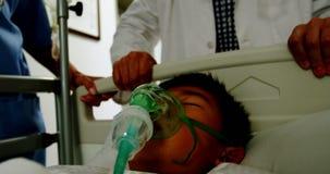 Doutor que apressa um paciente na divisão da emergência filme