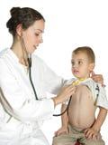 Doutor que avalia a criança fotografia de stock