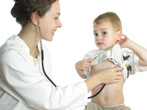 Doutor que avalia o paciente pelo estetoscópio Imagens de Stock Royalty Free