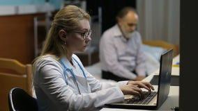 Doutor que completa uma prescrição no portátil filme