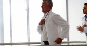 Doutor que corre no corredor do hospital filme