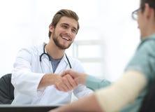 Doutor que dá boas-vindas a um paciente em seu estúdio Fotografia de Stock Royalty Free