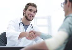 Doutor que dá boas-vindas a um paciente em seu estúdio foto de stock royalty free