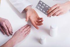 Doutor que dá o close up paciente das medicinas Fotos de Stock Royalty Free