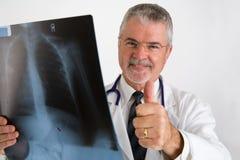 Doutor que dá os polegares imagens de stock
