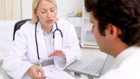 Doutor que dá uma prescrição a seu paciente filme