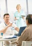 Doutor que discute o diagnóstico com o paciente fotografia de stock royalty free