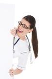 Doutor que esconde atrás de um quadro de avisos Foto de Stock