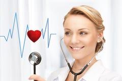Doutor que escuta o batimento cardíaco Foto de Stock Royalty Free