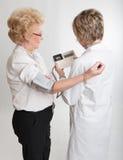 Doutor que examina o paciente sênior Foto de Stock