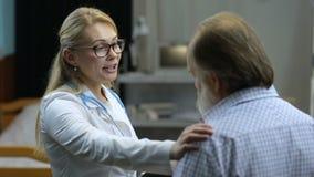 Doutor que explica bons resultados médicos ao paciente video estoque