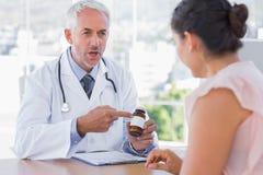 Doutor que explica os comprimidos ao paciente foto de stock royalty free