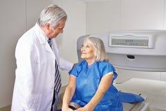 Doutor que fala ao paciente superior na radiologia foto de stock royalty free