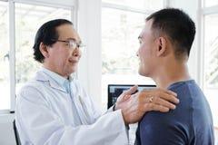 Doutor que fala ao paciente foto de stock