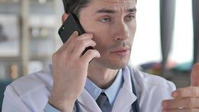 Doutor que fala no telefone com paciente vídeos de arquivo