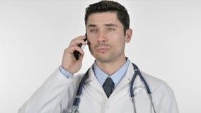 Doutor que fala no telefone com paciente video estoque