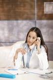 Doutor que fala no telefone no escritório Imagens de Stock Royalty Free