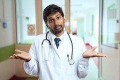 Doutor que faz a expressão à nora e o gesto fotos de stock