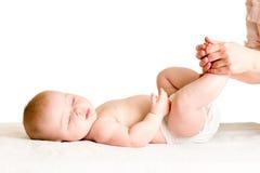 Doutor que faz massagens ou que faz o bebê da ginástica imagem de stock royalty free