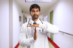 Doutor que faz o gesto do tempo para fora fotos de stock royalty free