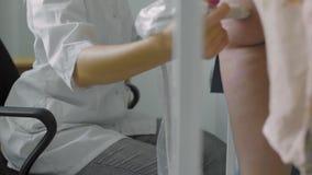 Doutor que faz o ultrassom da articulação do joelho vídeos de arquivo