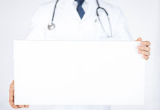 Doutor que guarda a bandeira branca vazia Imagens de Stock Royalty Free