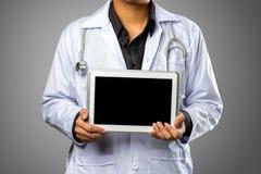 Doutor que guarda o tablet pc da tela vazia Imagem de Stock Royalty Free