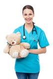Doutor que guarda o urso de peluche fotografia de stock royalty free