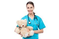Doutor que guarda o urso de peluche imagens de stock royalty free