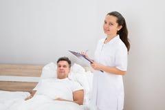 Doutor que guarda relatórios médicos do paciente imagem de stock royalty free