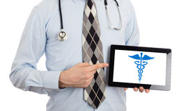 Doutor que guarda a tabuleta - símbolo do Caduceus imagens de stock