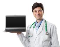 Doutor que guarda um portátil com tela vazia fotografia de stock royalty free