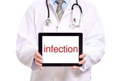 Doutor que guarda um tablet pc Imagens de Stock Royalty Free