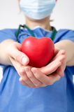 Doutor que guarda uma forma do coração Imagens de Stock Royalty Free