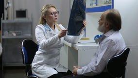 Doutor que guarda a varredura de MRI no hospital diagnóstico filme