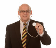 Doutor que guardara para fora o estetoscópio Fotos de Stock Royalty Free