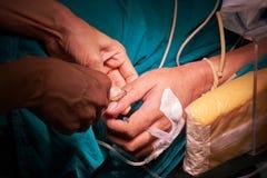Doutor que introduz a agulha na veia paciente fotografia de stock royalty free