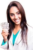 Doutor que mostra comprimidos Imagens de Stock Royalty Free