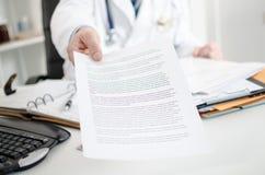 Doutor que mostra notas médicas Fotos de Stock Royalty Free