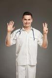 Doutor que mostra o número oito imagem de stock