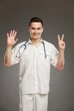 Doutor que mostra o número sete fotografia de stock