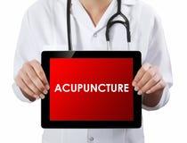 Doutor que mostra a tabuleta com texto da ACUPUNTURA Fotos de Stock