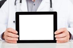 Doutor que mostra a tabuleta digital fotografia de stock royalty free