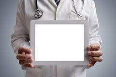 Doutor que mostra a tela digital vazia da tabuleta fotografia de stock royalty free
