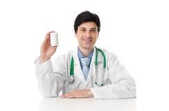 Doutor que mostra uma garrafa dos comprimidos fotografia de stock royalty free
