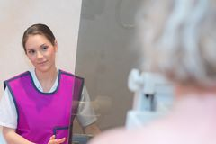 Doutor que obtém pronto paciente para fazer o raio X Fotografia de Stock