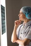 Doutor que olha o raio X Foto de Stock Royalty Free