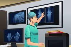 Doutor que olha o raio X Imagens de Stock